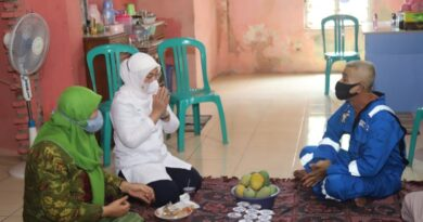 Menteri Ketenagakerjaan, Ida Fauziyah, dalam kunjungan kerja ke rumah pekerja/buruh penerima subsidi gaji/upah (BSU)./Kemenaker.